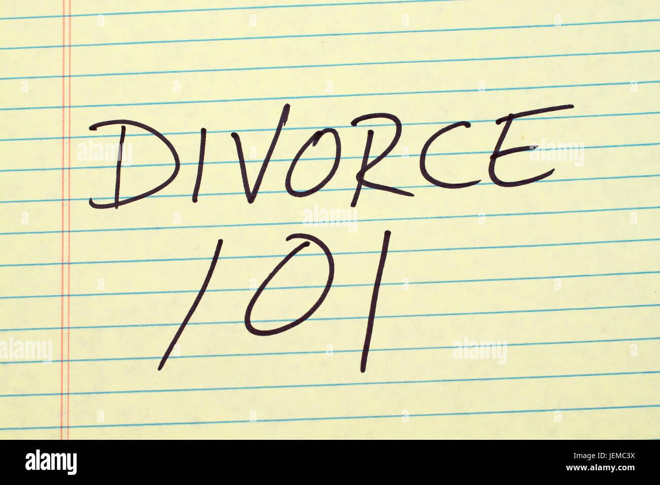 Le parole 'Divorce 101' su un giallo pad legale Immagini Stock