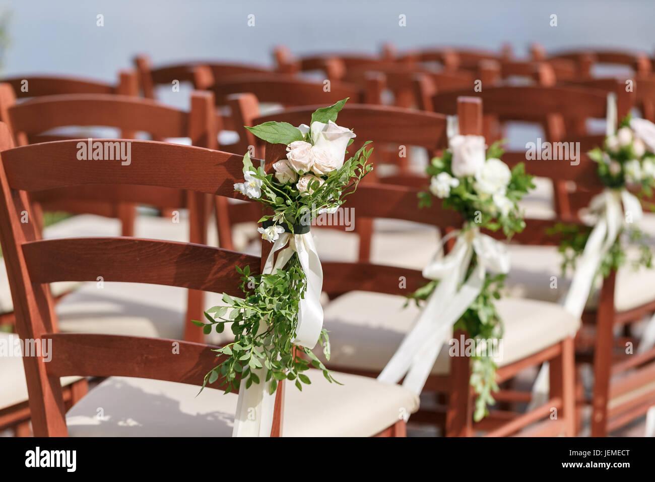 Matrimonio Decorata Con Sedie In Legno Con Fiori Foto Stock Alamy