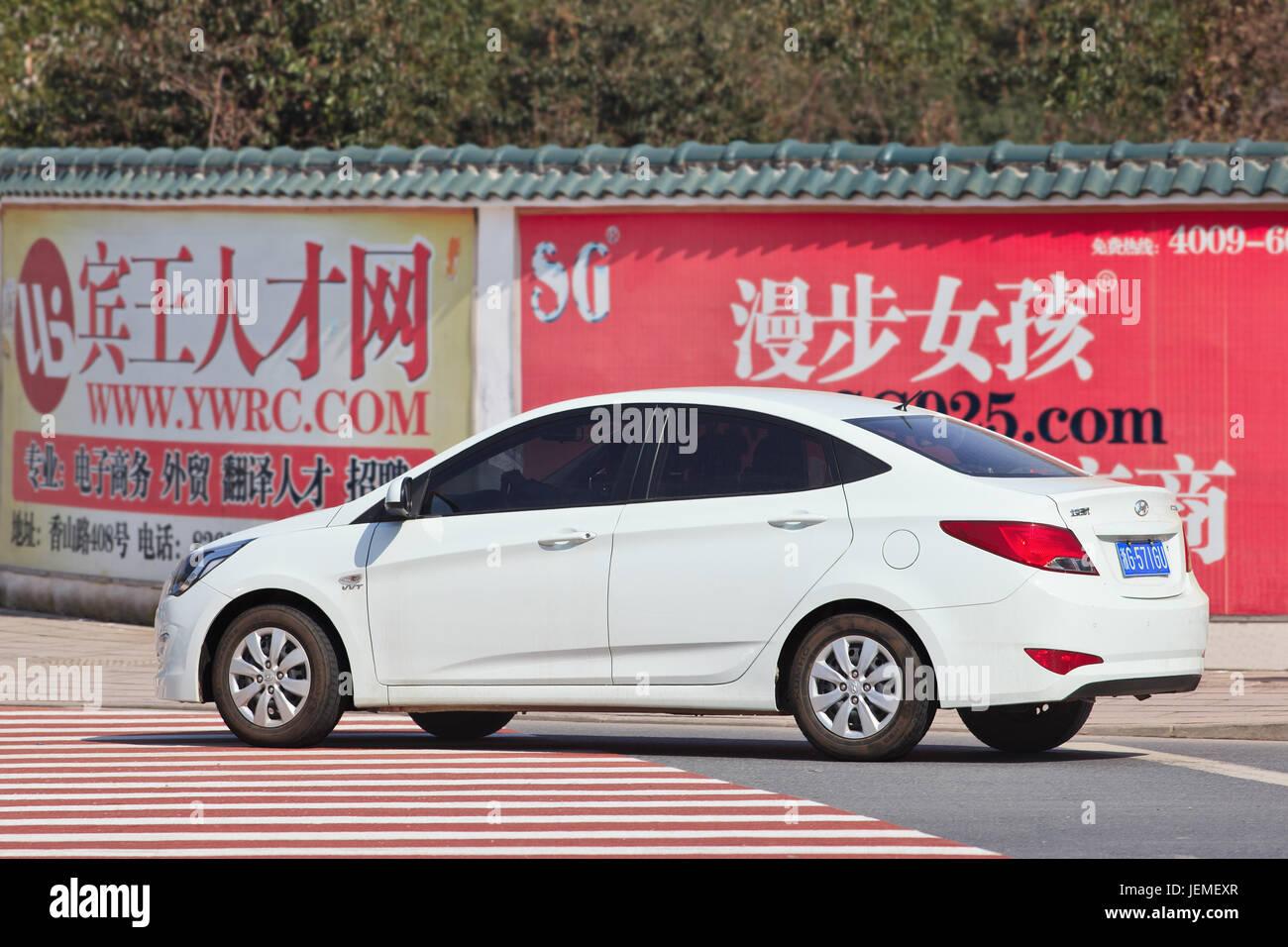 White Hyundai Accent sulla strada. Hyundai vendite di auto in Cina è aumentato a 11,2 percento nel 2015, mantenendo Immagini Stock