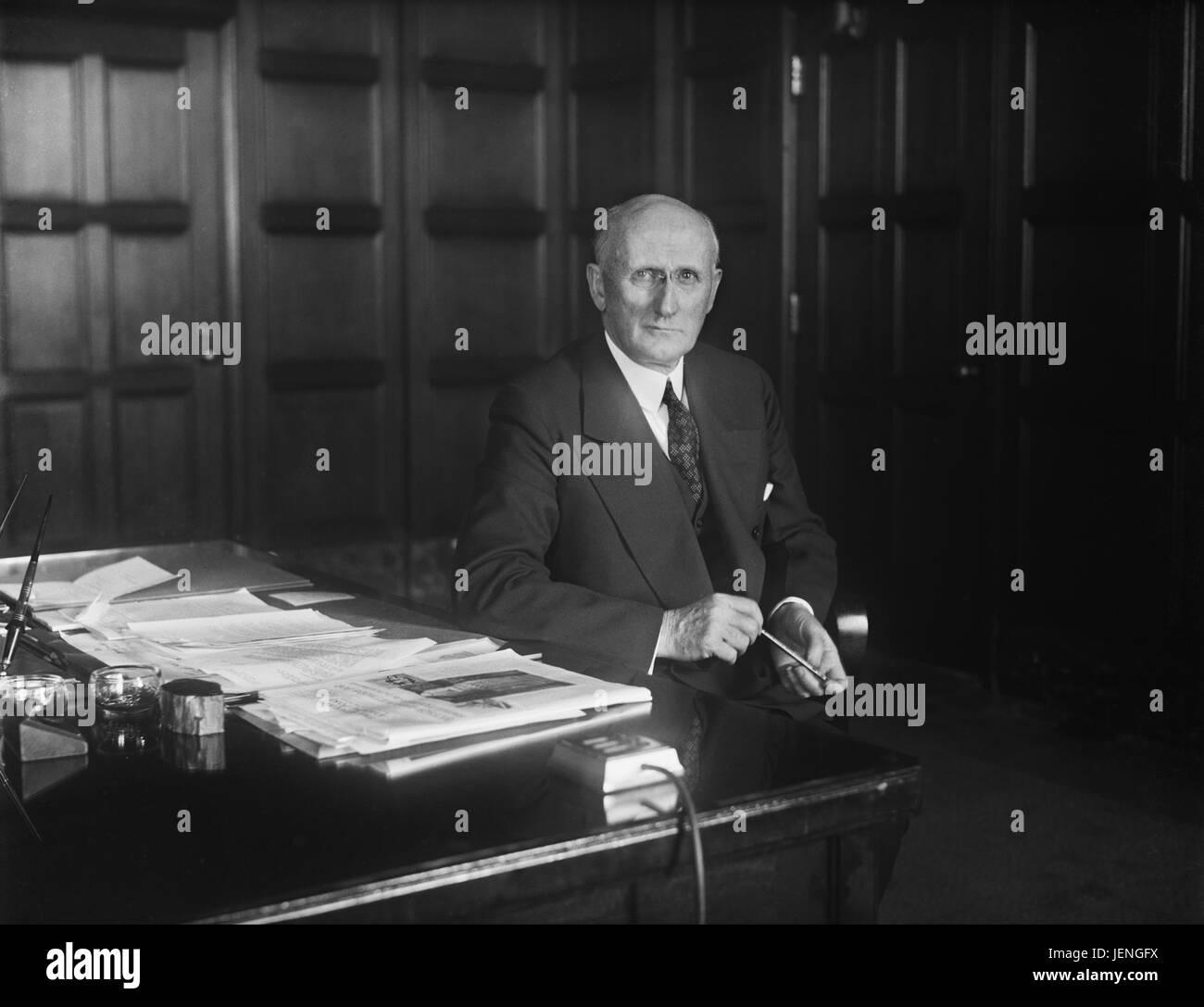 Robert P. Lamont, U.S. Segretario di Stato per il commercio durante la Grande Depressione, ritratto alla sua scrivania, Immagini Stock