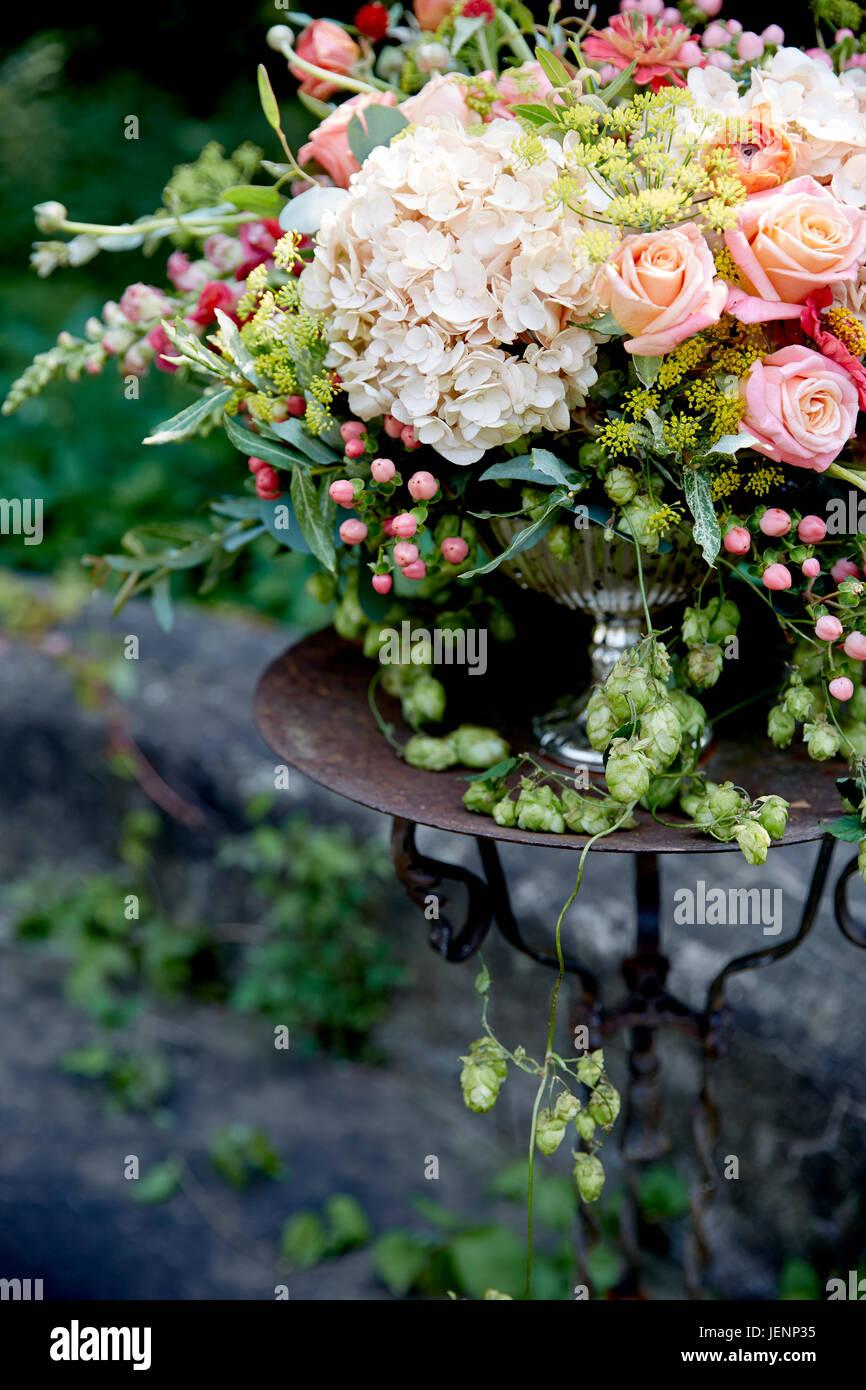 Fiori Matrimonio Rustico : Centrotavola di matrimonio con bianco e rosa fiori nel giardino