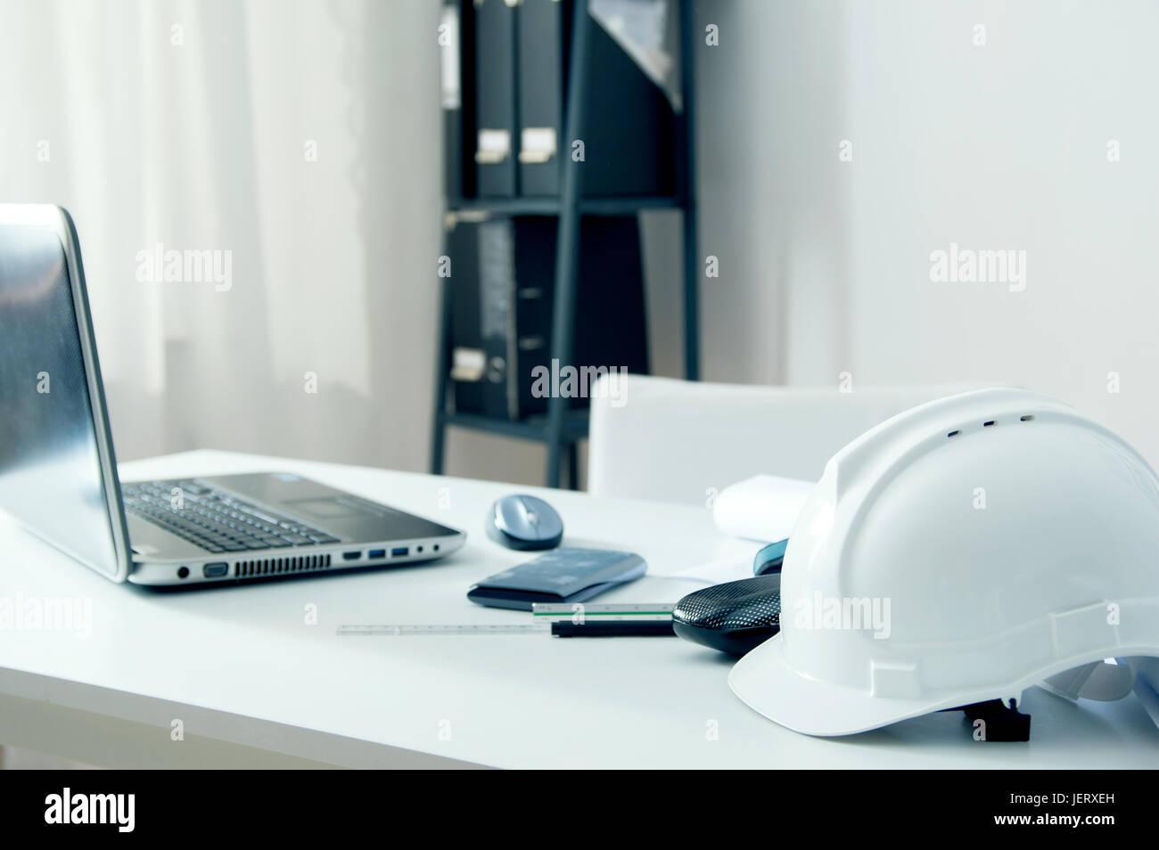 Ufficio Di Un Architetto : Ufficio in casa di un architetto con casco bianco notebook pc e