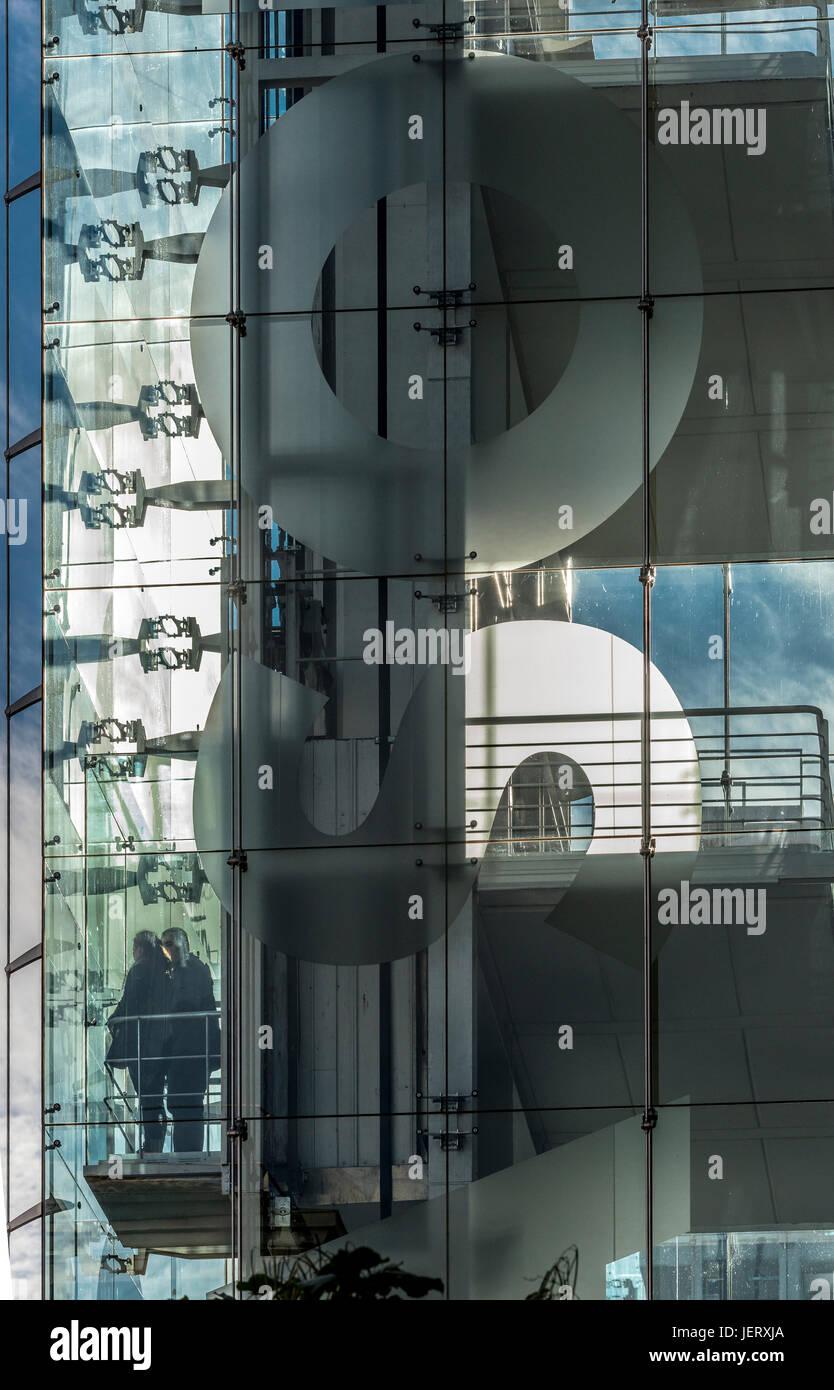 Le persone in un ascensore presso il Centro de Arte Reina Sofia, Galleria d'arte, progettato dall'architetto Immagini Stock