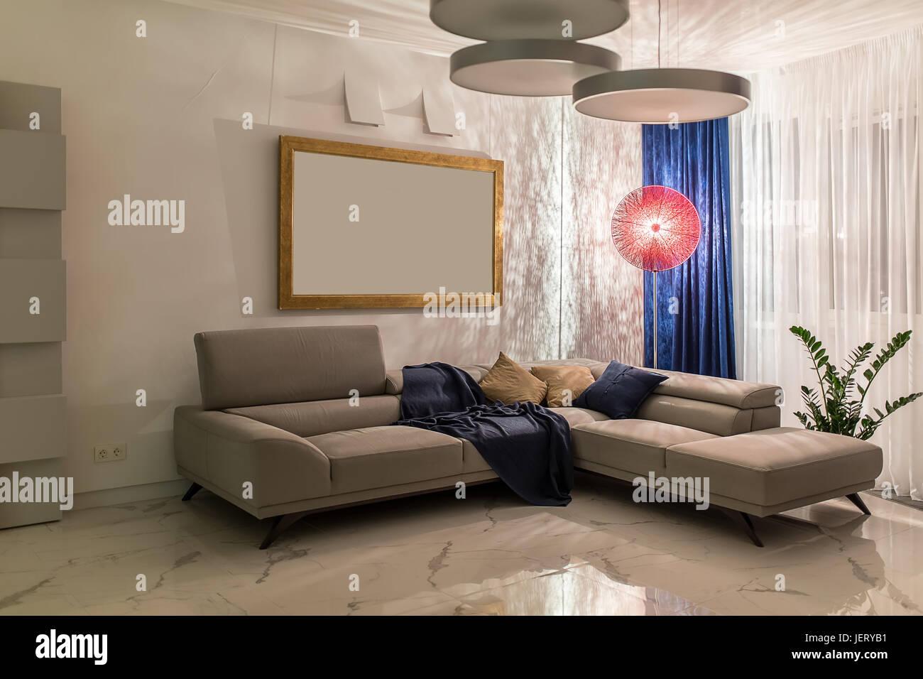 Camera moderna con pareti bianche e pavimento in piastrelle chiare