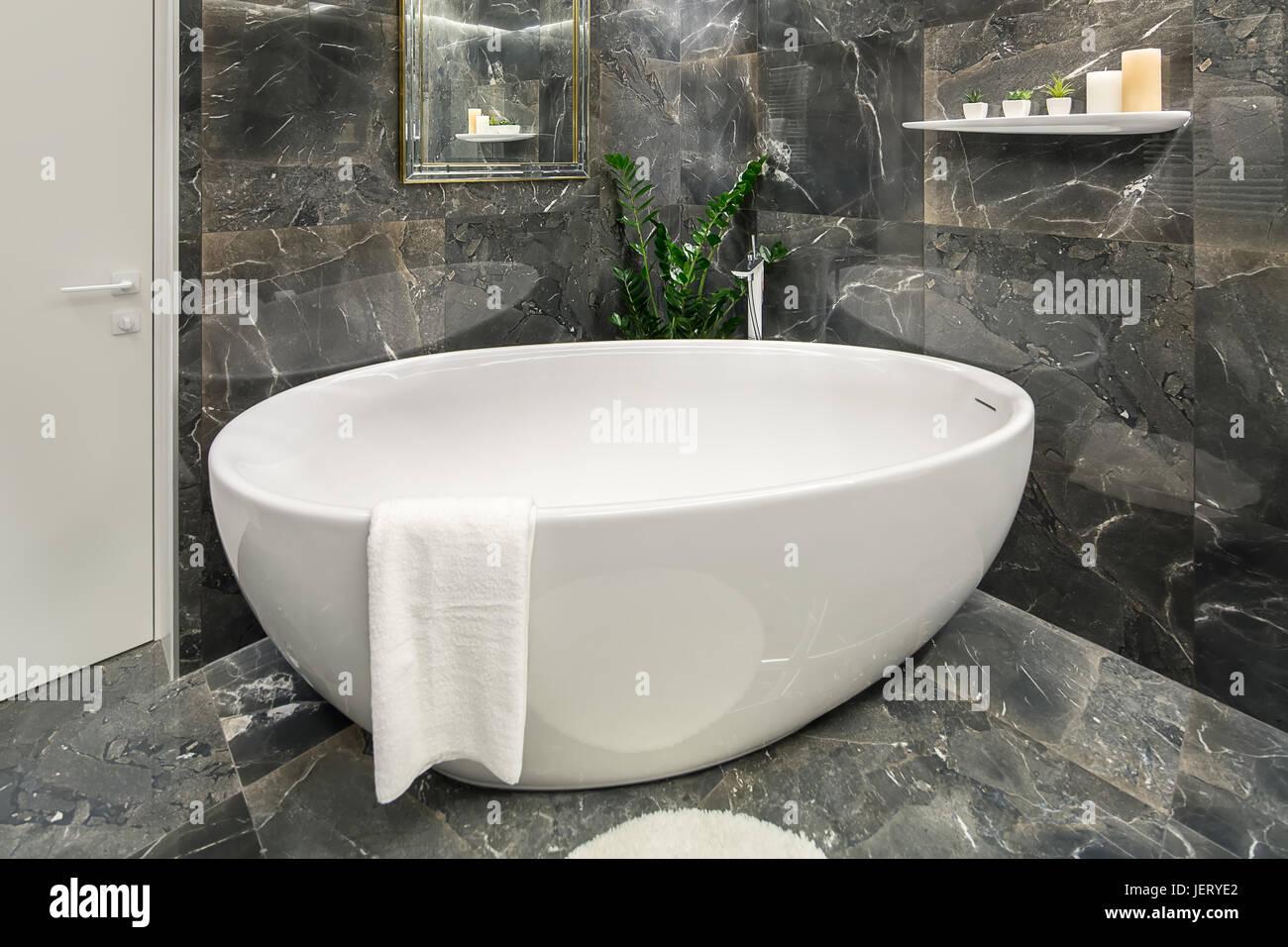 Bagno illuminato in uno stile moderno con trama piastrelle scure