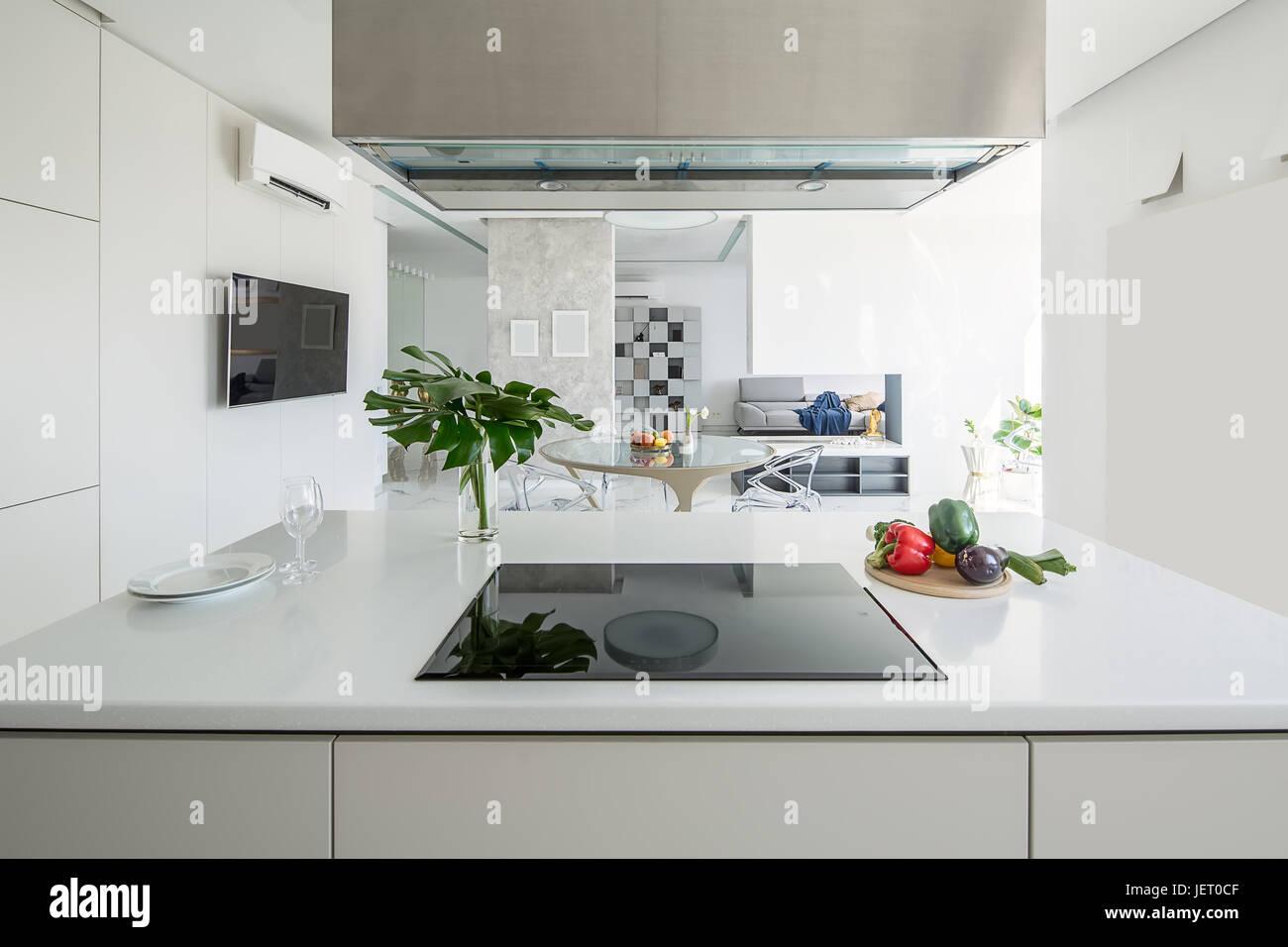 Luce isola cucina con una stufa e una cappa da cucina sullo sfondo ...