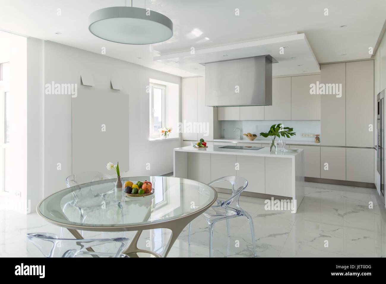Cucina bianca con pavimento in piastrelle chiare ci sono