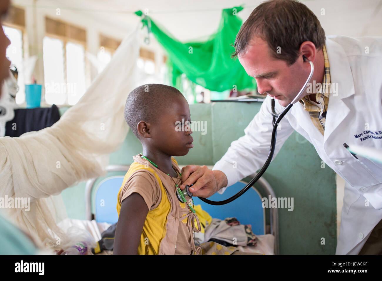 Un expat medico missionario lavora al reparto pediatrico all ospedale di Bundibugyo, Uganda. Immagini Stock