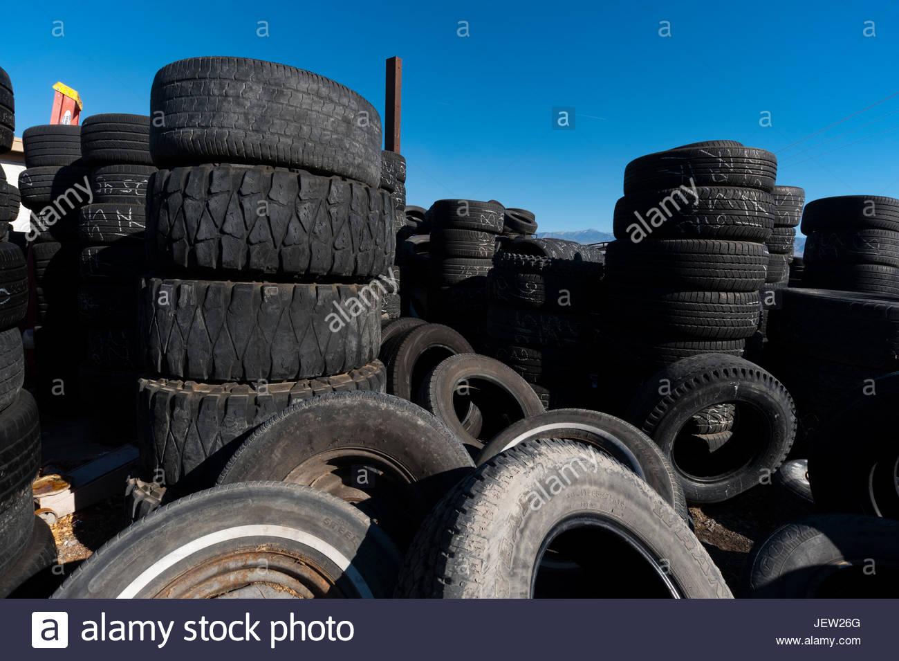 Pile e pile di vecchi pneumatici designato per il riciclo. Immagini Stock