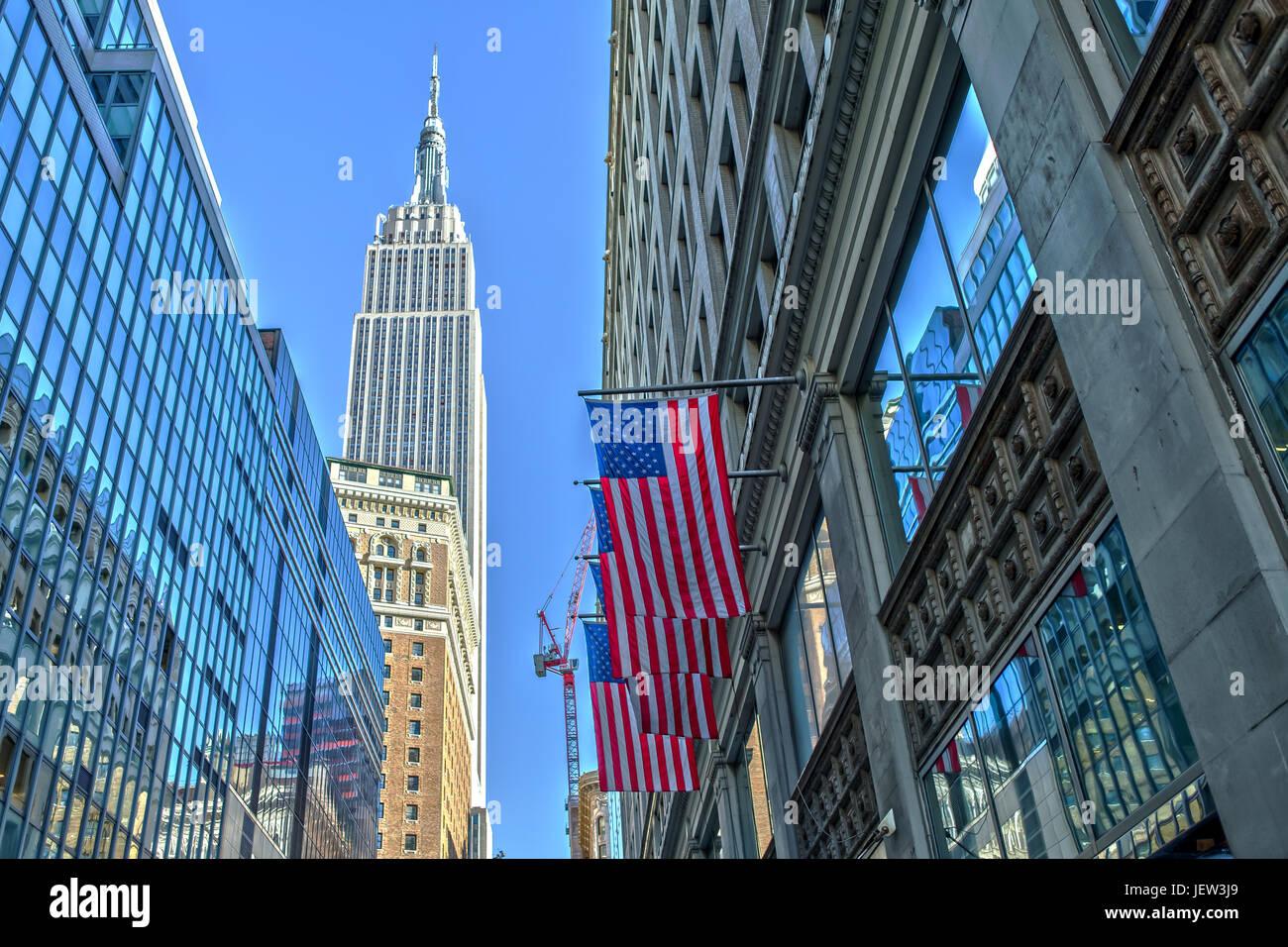 Empire State Building e noi bandiera Immagini Stock