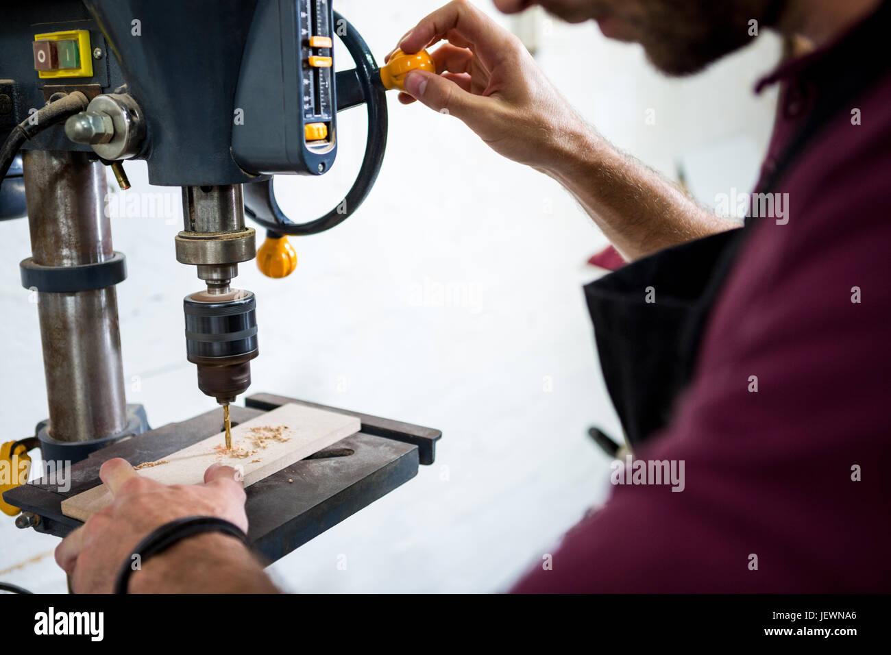 Carpenter al lavoro sul suo mestiere Immagini Stock