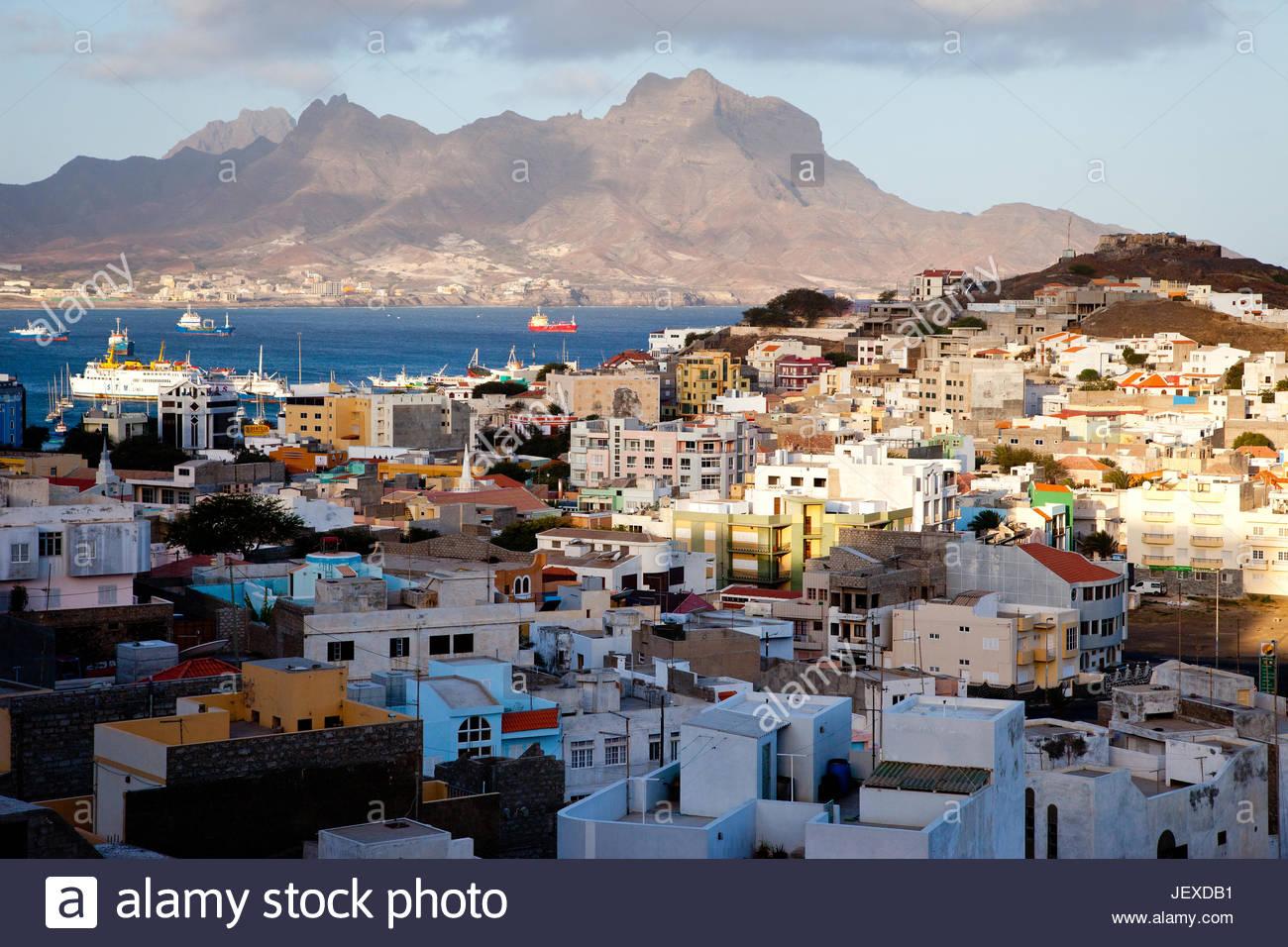 I colori luminosi di Mindelo, la città principale dell'isola di Sao Vicente. Immagini Stock