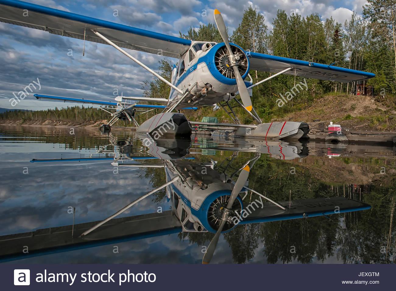 Durante il caricamento del piano di galleggiante sul Fiume Stewart e scarico presso le sorgenti del vento sul lago Immagini Stock