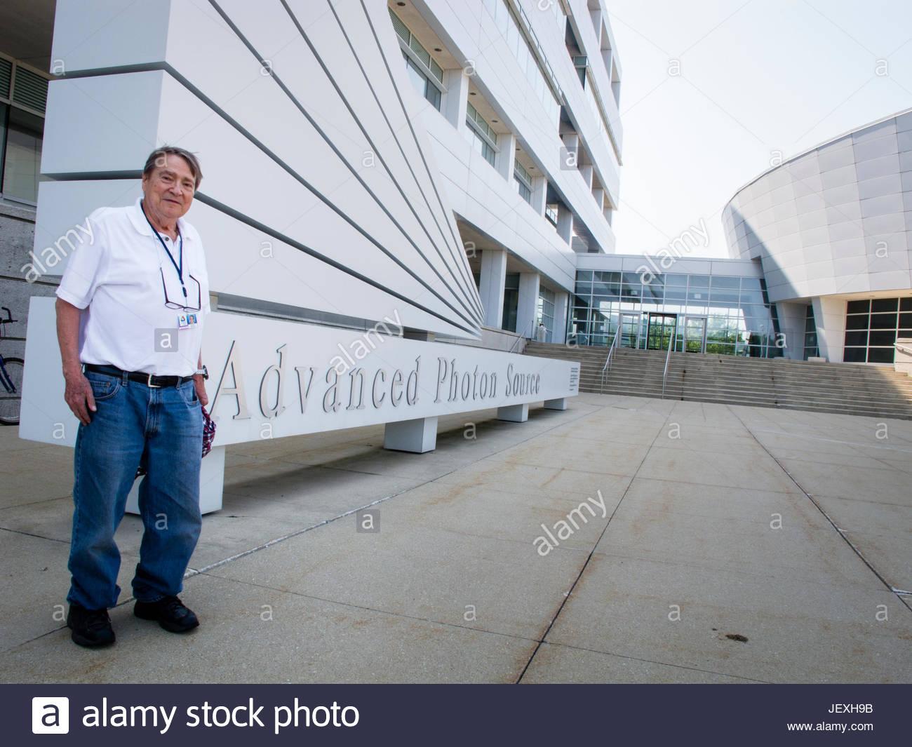Argonne National Laboratory fisico senior Bob Smither davanti al suo reparto, Advanced Photon Source. Immagini Stock