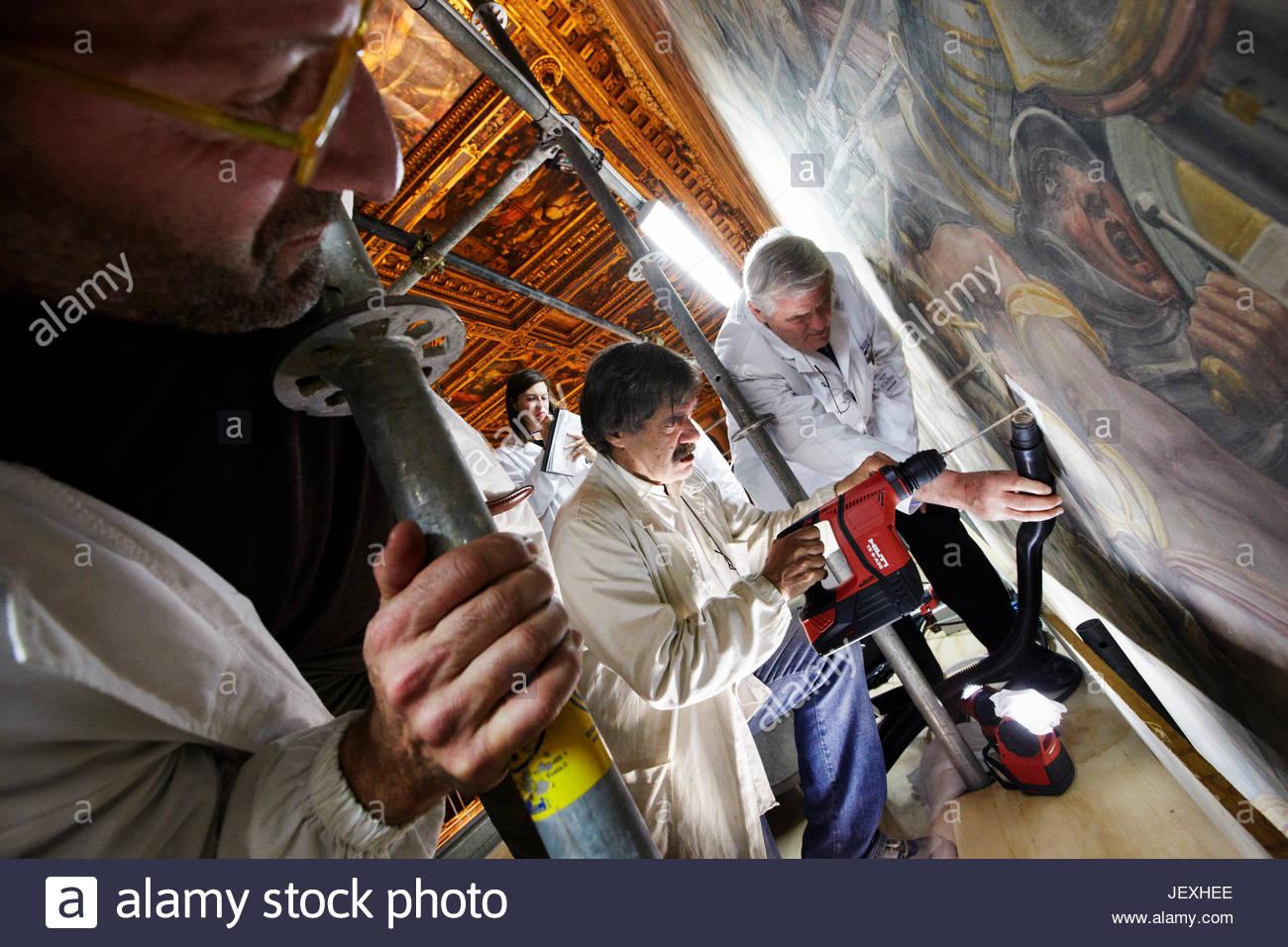 Restauratori dall' Opificio delle Pietre Dure trapanare fori passanti messi a disposizione durante il ripristino Immagini Stock