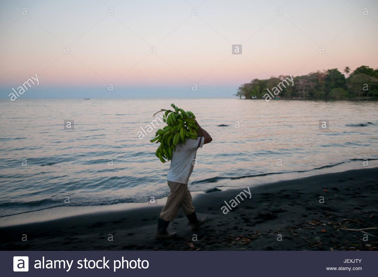 Un agricoltore vettori banane al villaggio di Altagracia, sull isola di Ometepe, Lago di Nicaragua. Immagini Stock