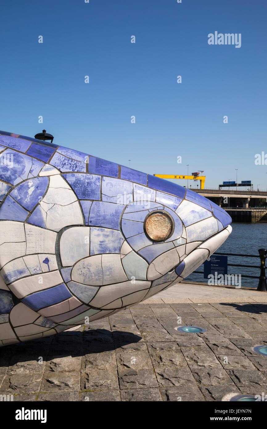La grande scultura di pesce da John gentilezza, Donegall Quay, fiume Lagan, Belfast, Irlanda del Nord, Regno Unito Immagini Stock