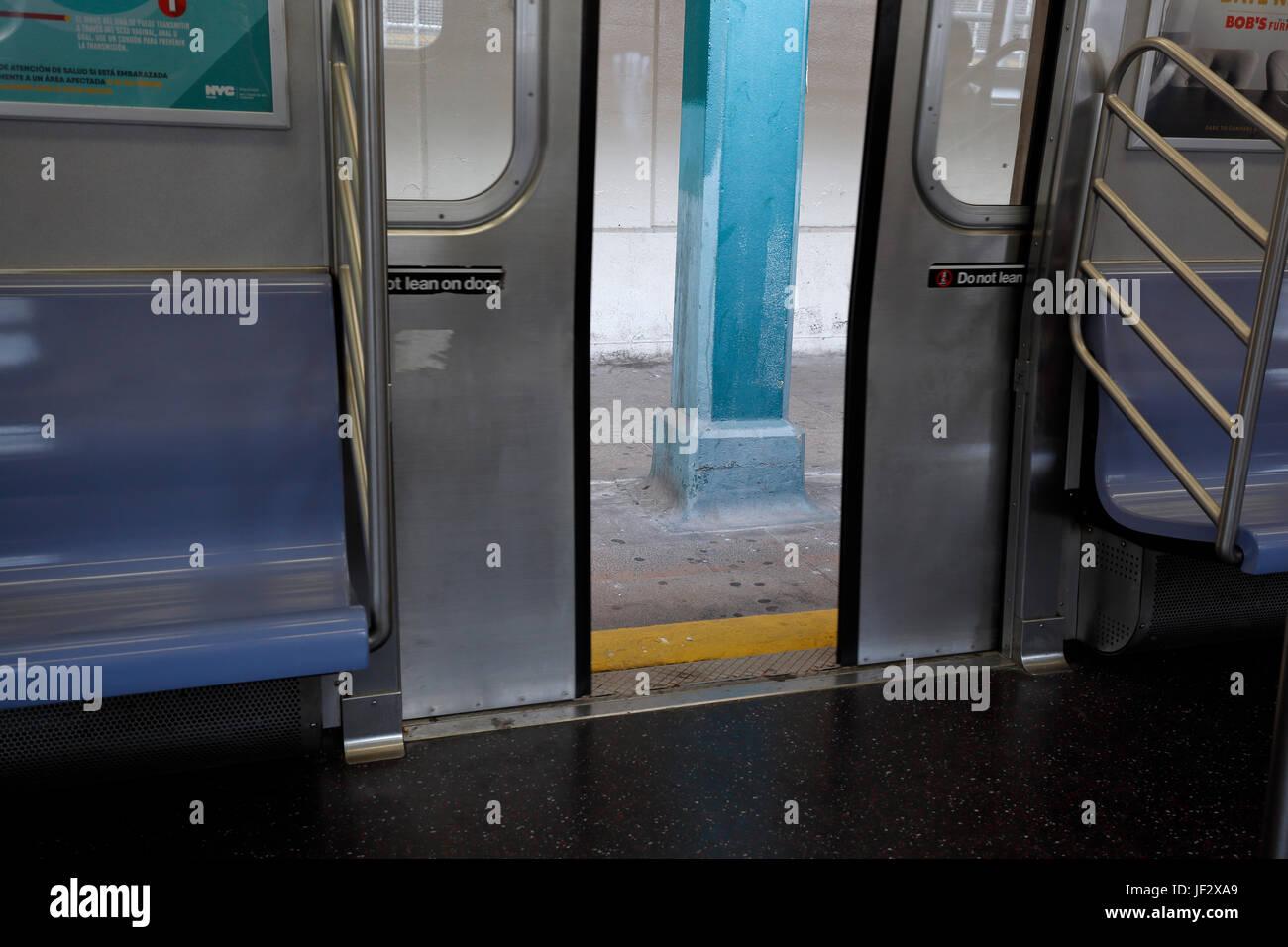 Chiusura degli sportelli sulla metropolitana di New York Immagini Stock