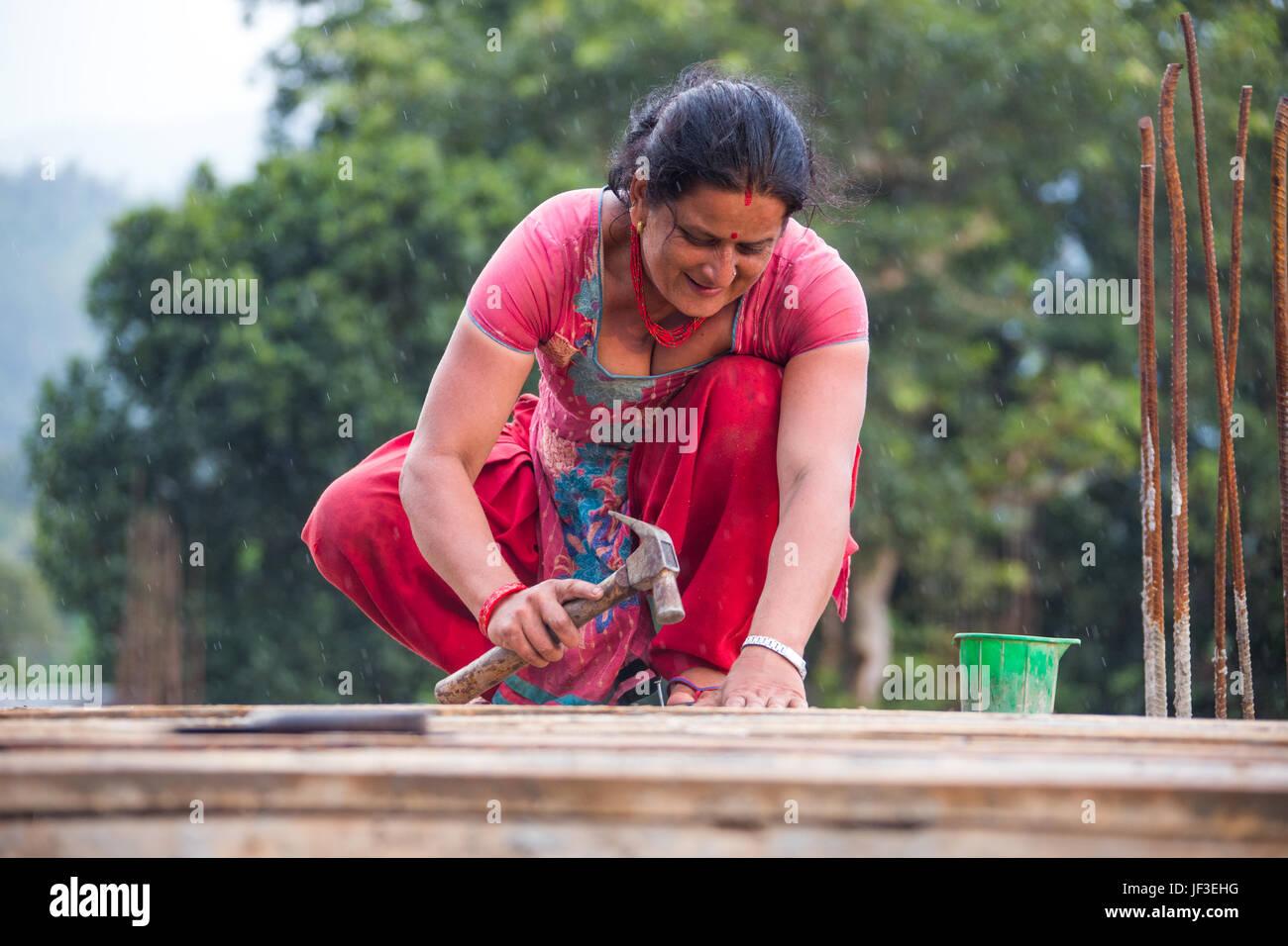 Donna builder, Nuwakot distretto del Nepal Immagini Stock