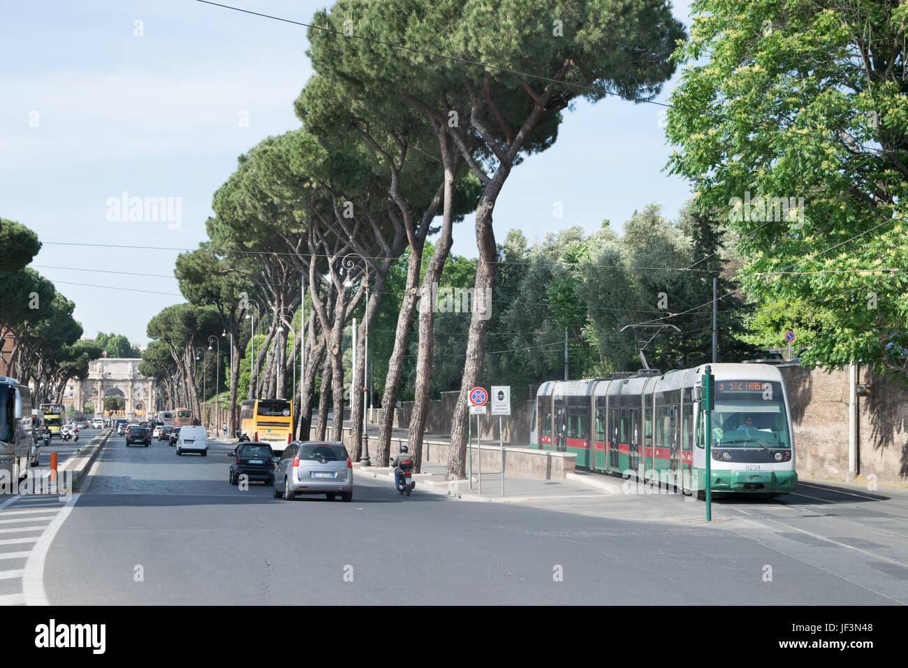 Roma, Italia - 02 giugno 2017: Tram ATAC è visto nelle strade di Roma. ATAC è il municipally-di proprietà Immagini Stock