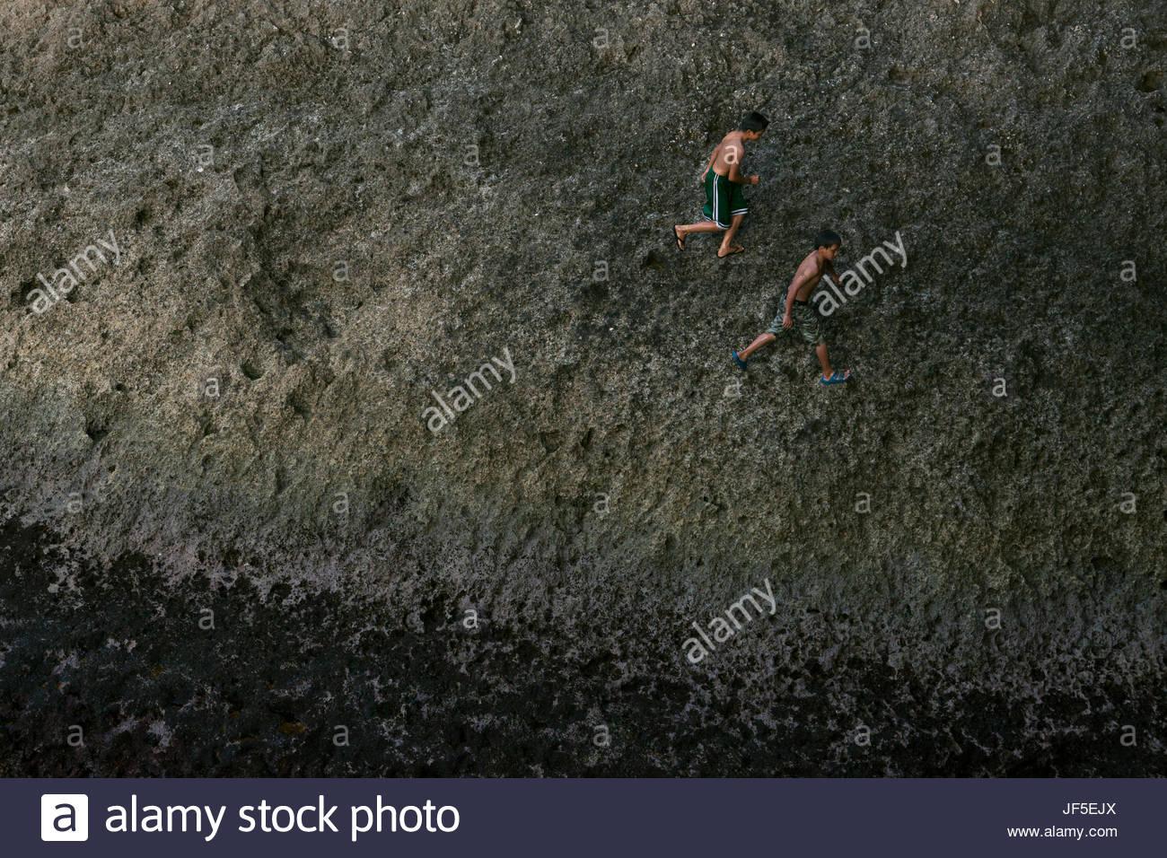 Ivatan bambini che giocano al molo dopo la scuola. Le piccole isole Batanes sono circondati da acqua, che diventa Immagini Stock