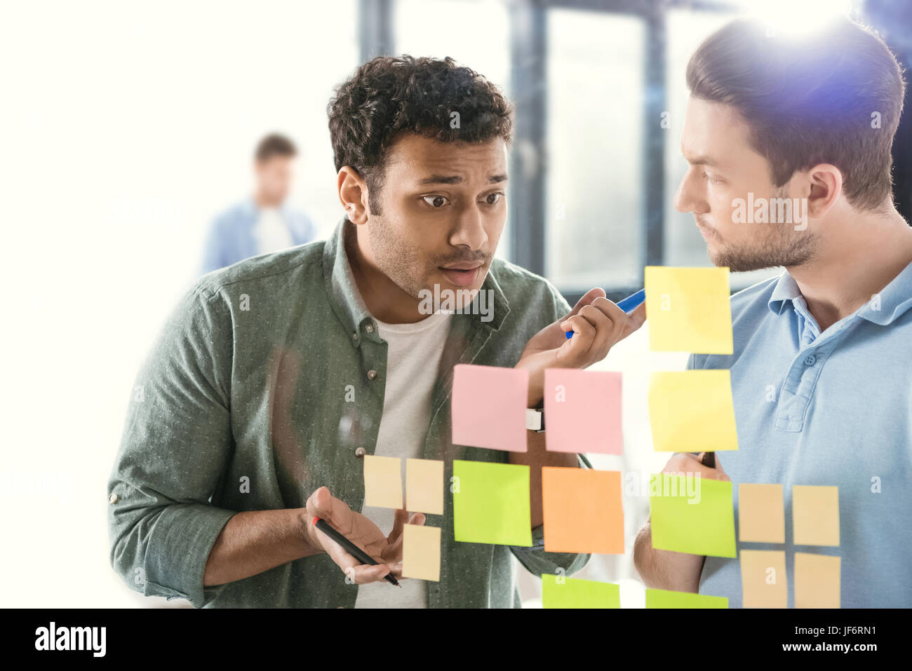Gli imprenditori informali a lavorare su un nuovo progetto presso un ufficio moderno, business il lavoro di squadra Immagini Stock