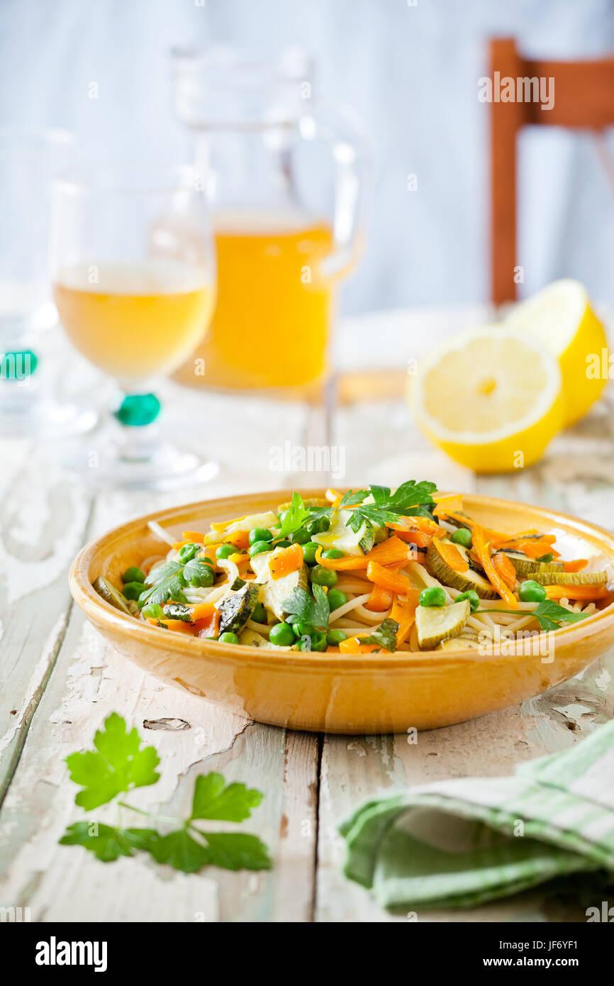 Piatto di pasta con un po' di zucchine grigliate e carote con erbe aromatiche Immagini Stock