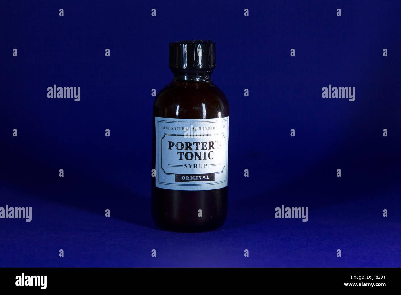 Il Porter's tonico, sciroppo di Calgary, Canada. Il Tonic offre la calce, limone e la citronella, la corteccia Immagini Stock