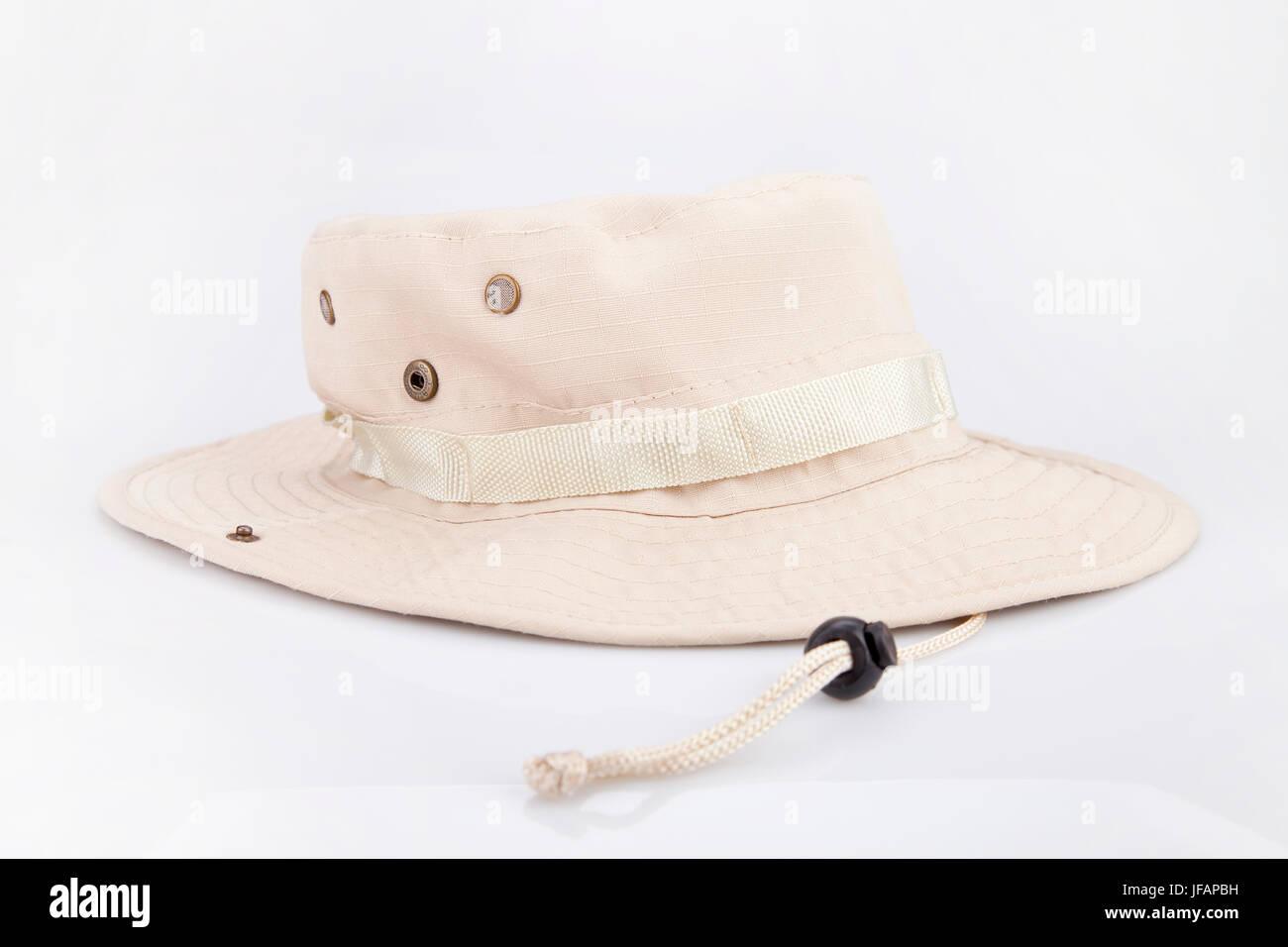 Avventura Beige hat su una superficie bianca. Safari hat isolati su sfondo  bianco. Immagini fffdb0d4ca67