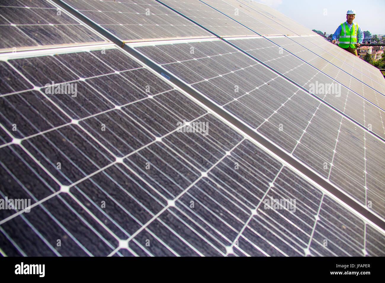 Pannelli solari su un tetto a Kathmandu, Nepal Immagini Stock