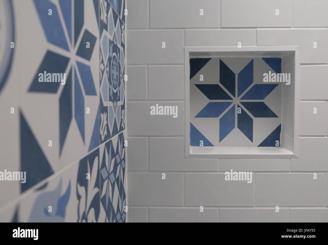 Bagno bianco con blu e bianco delle piastrelle patchwork con