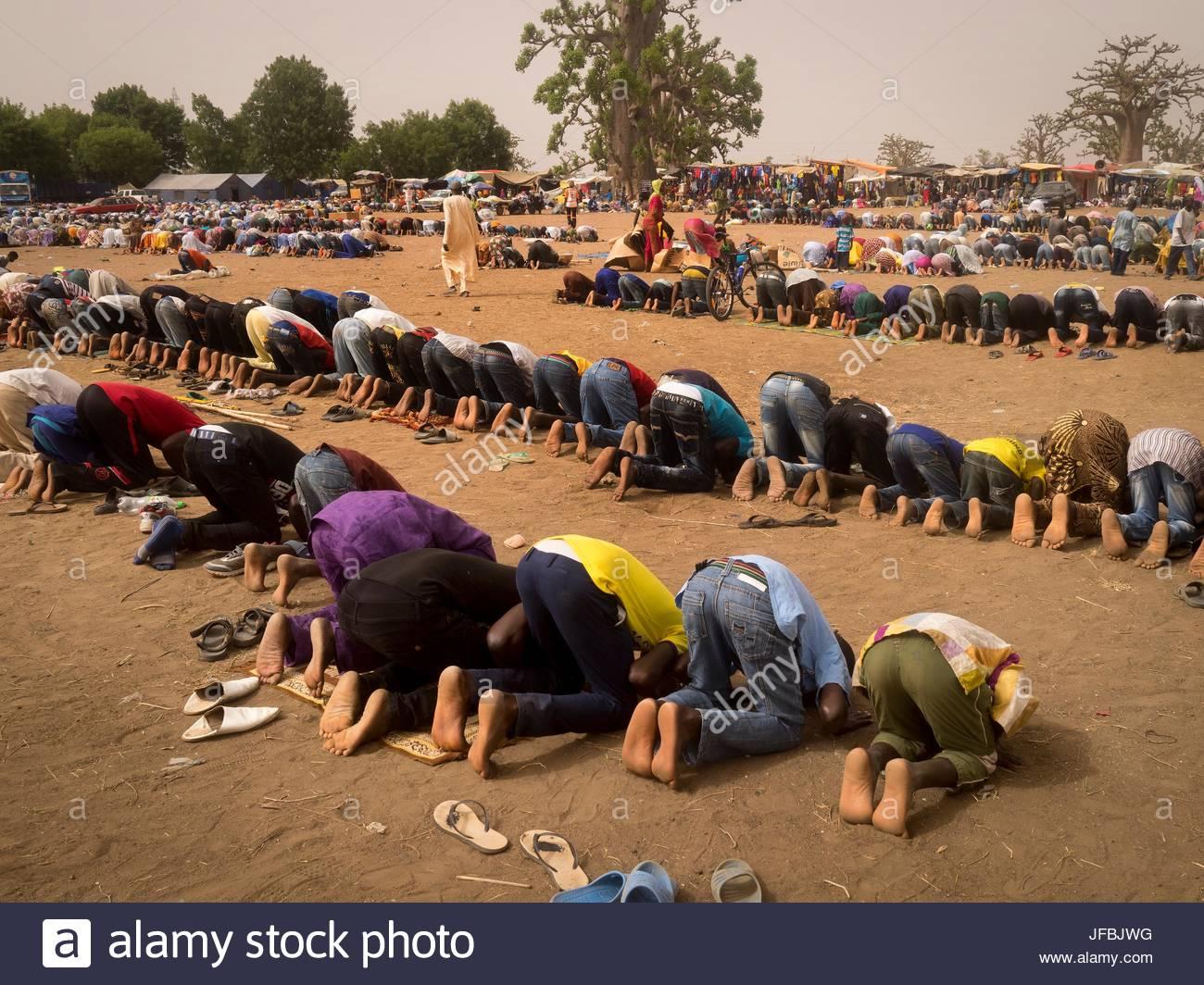 I musulmani pregano nella città di pellegrinaggio di Nguekokh, Senegal. Immagini Stock
