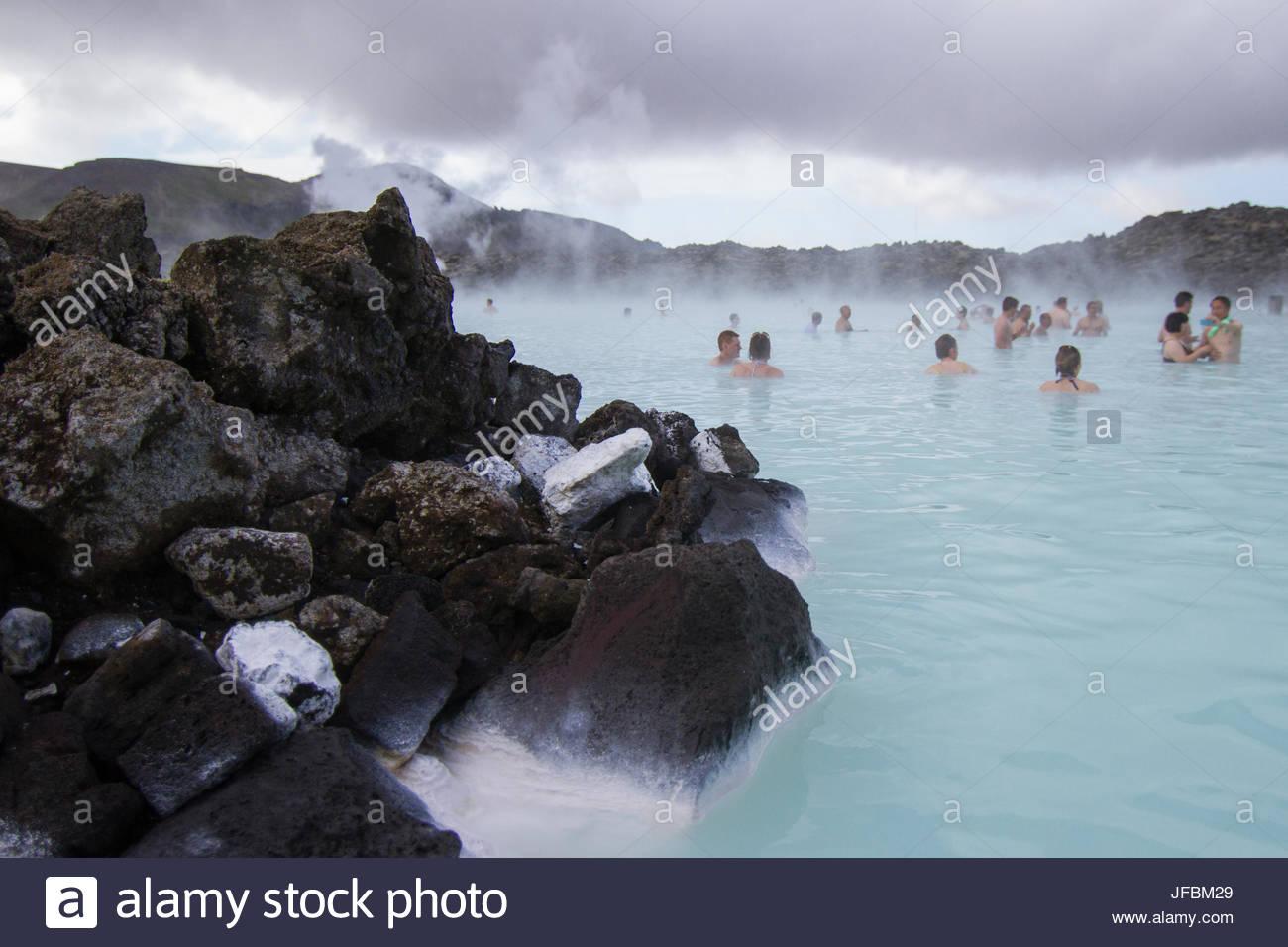 Persone rilassante in sorgenti calde geotermali alla Laguna Blu. Immagini Stock