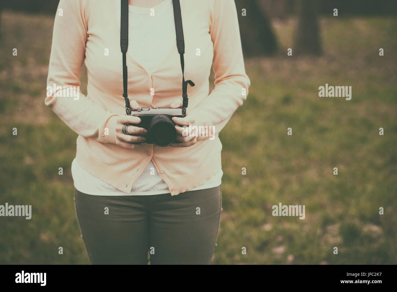 Donna con una fotocamera retrò Immagini Stock