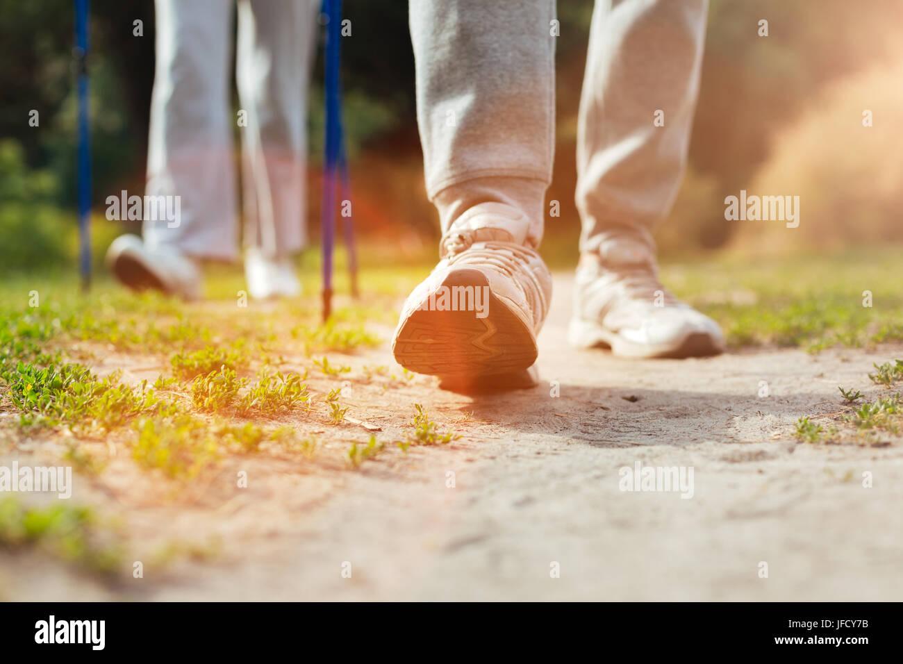 Solo in avanti. Close up di un led che viene sollevato e facendo un passo in avanti mentre si cammina Immagini Stock