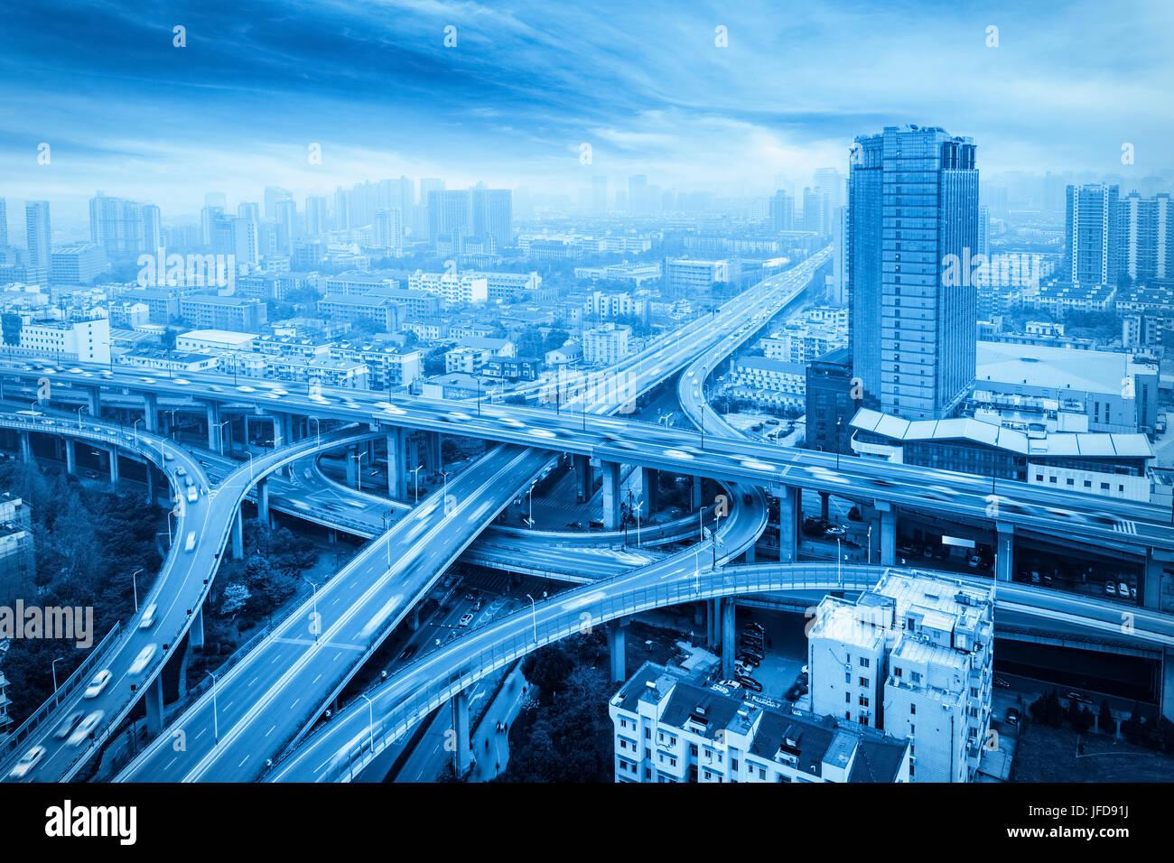 Città cavalcavia con tonalità blu Immagini Stock