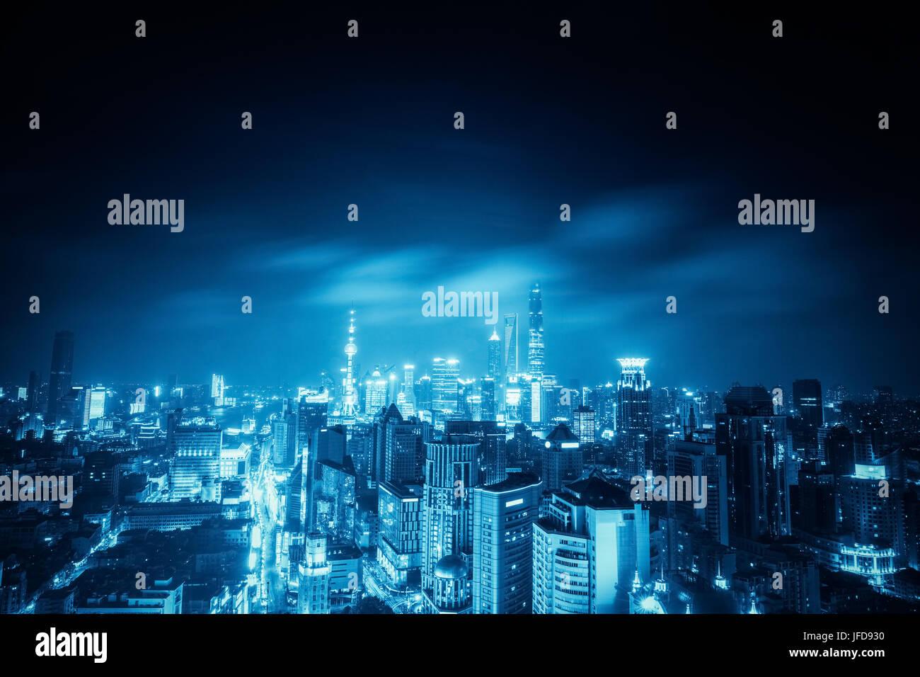 Shanghai di notte con le tonalità blu Immagini Stock