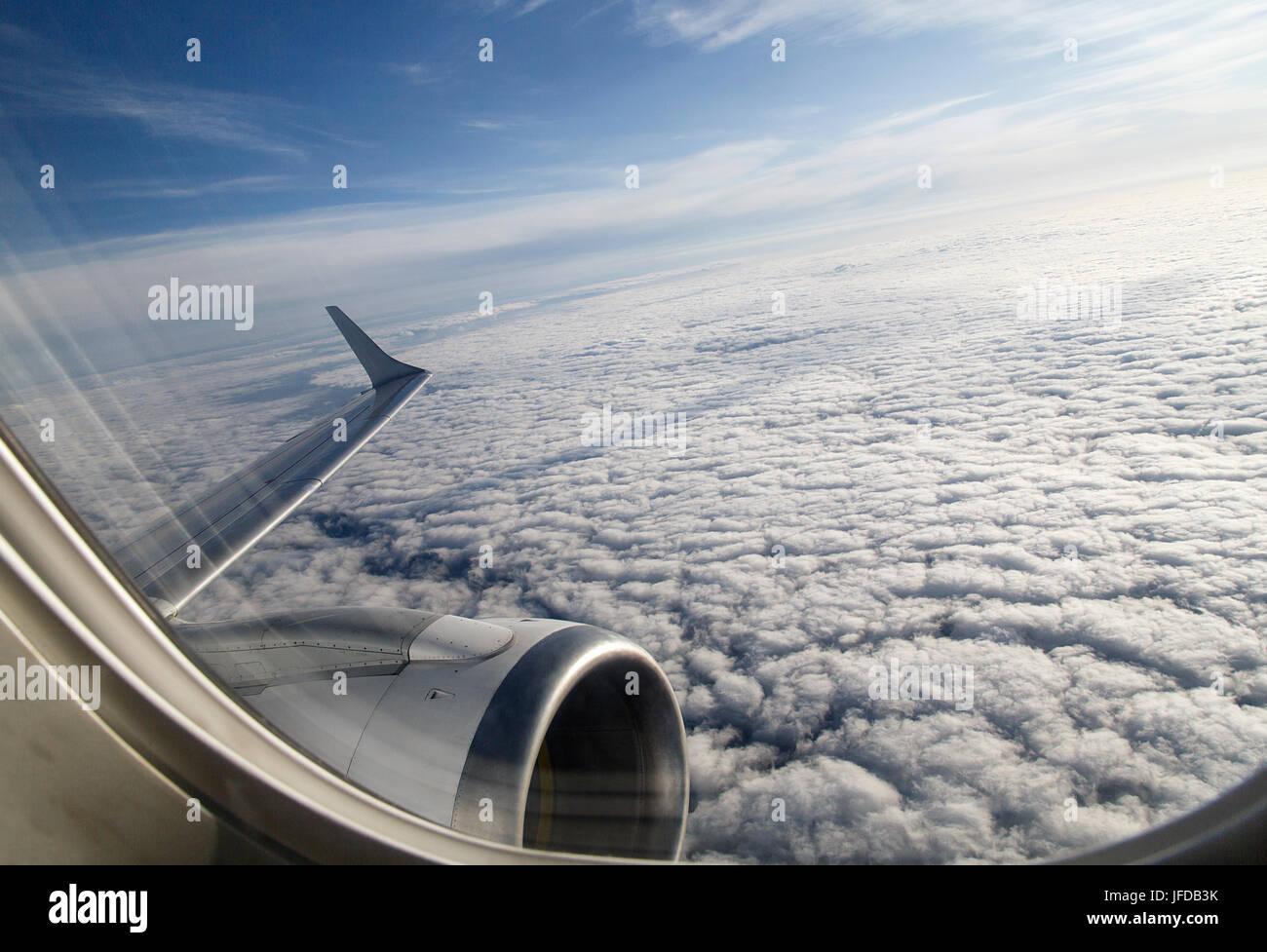 Vista da una finestra aereo subito dopo il decollo mentre si accelera e cambiando drasticamente corso. Immagini Stock