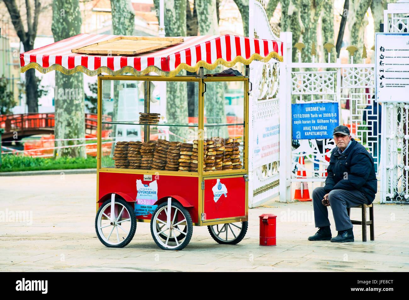 ISTANBUL, Turchia - 1 aprile , 2017:Street vendite di tradizionali turchi bagel Simit, sono sulle strade di Istanbul Immagini Stock