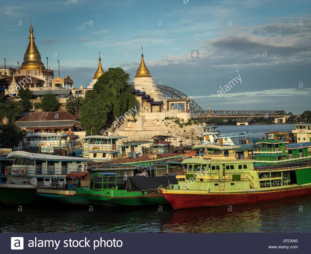 Shwe Kyet ancora harbour con numerose barche ormeggiate. Immagini Stock