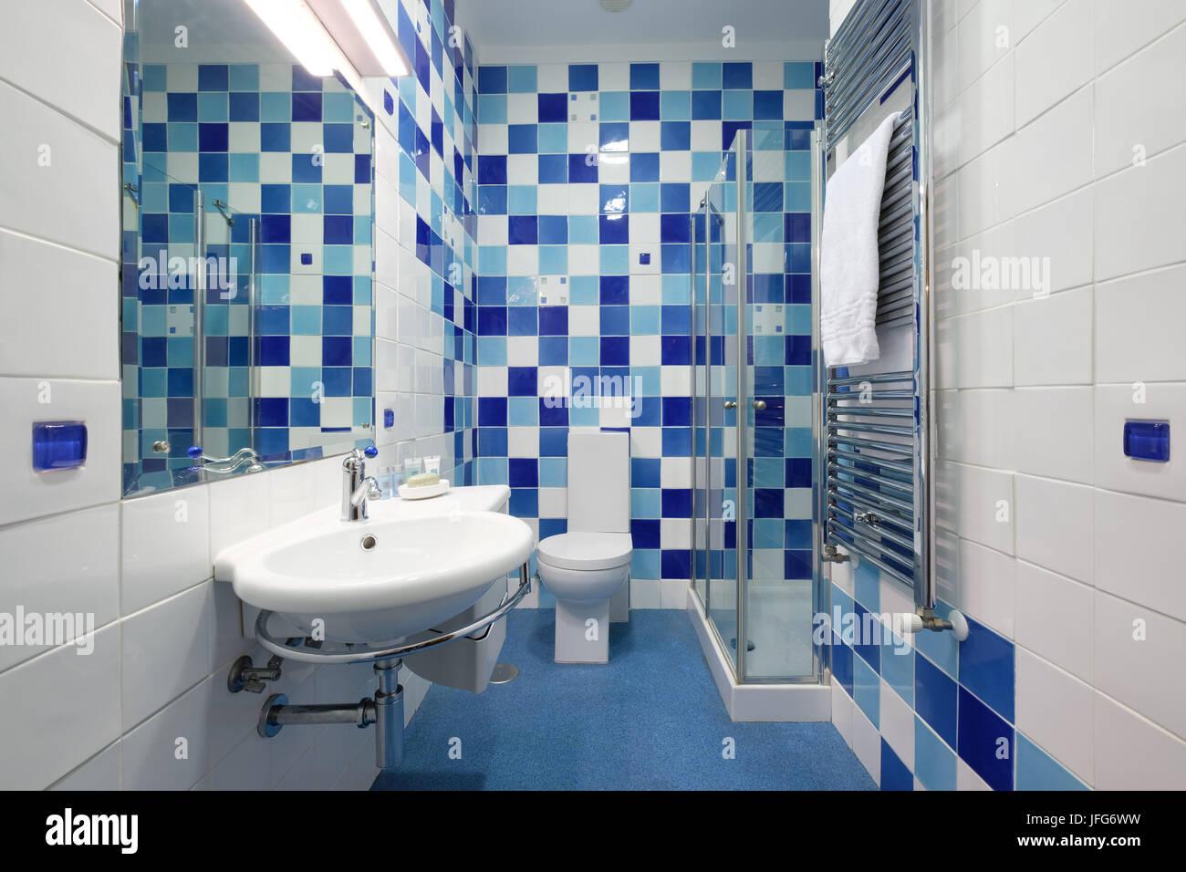 Bagno Con Mattonelle Blu.Moderno Bagno Con Piastrelle Blu Foto Immagine Stock