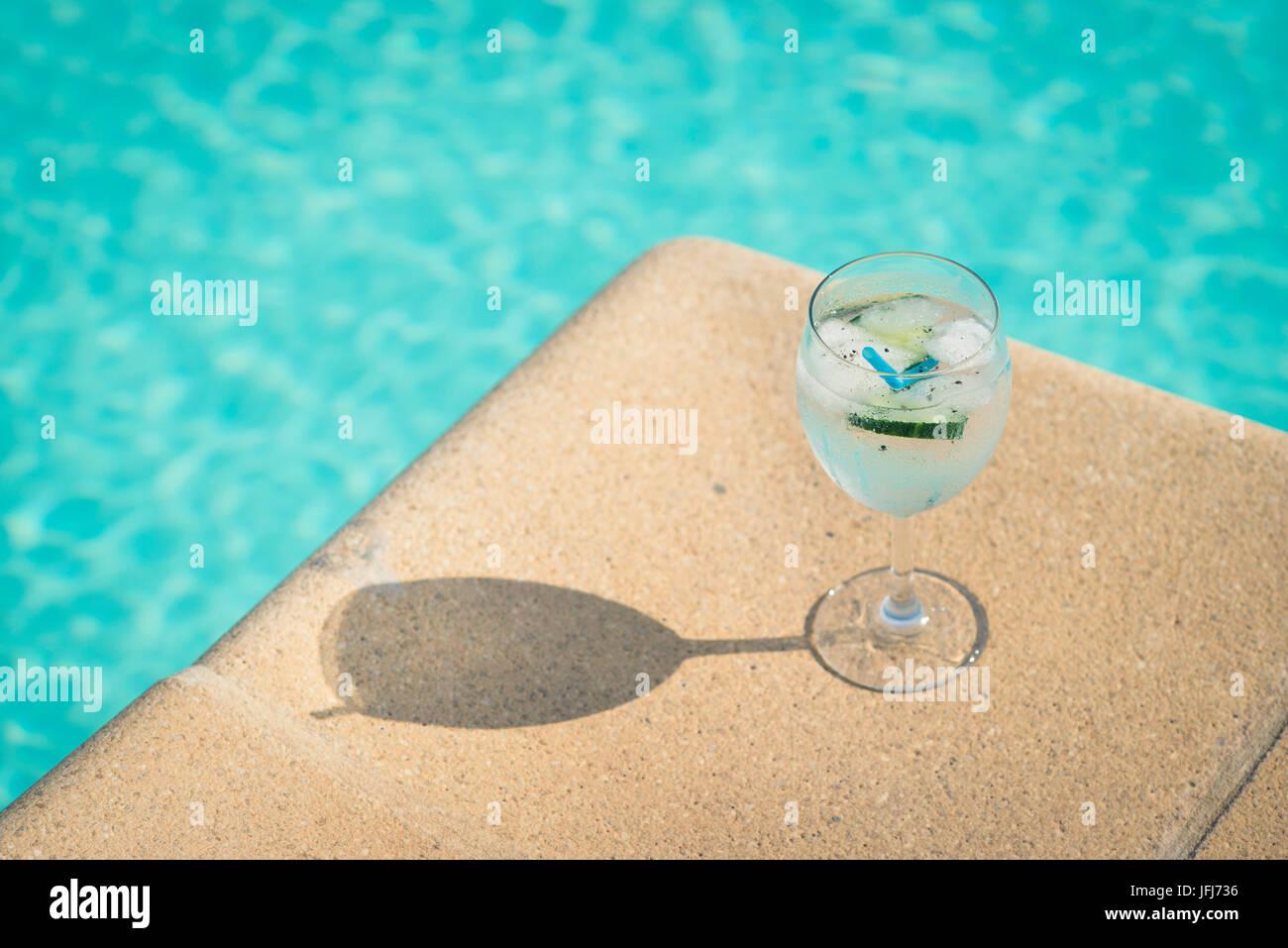 Il gin tonic in piscina Immagini Stock