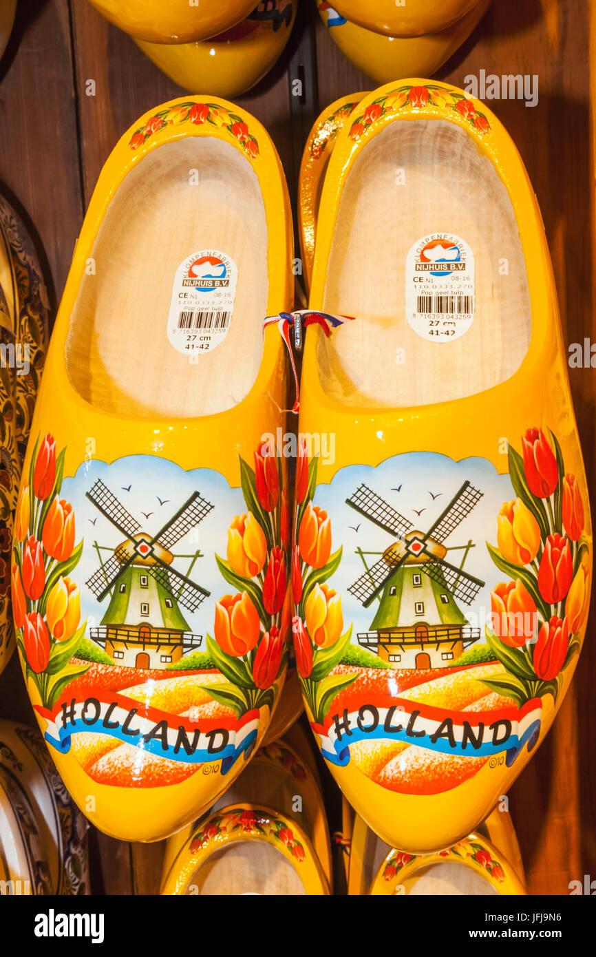 Europa, Paesi Bassi, Amsterdam, Souvenir Shop Display colorato di zoccoli di legno Immagini Stock