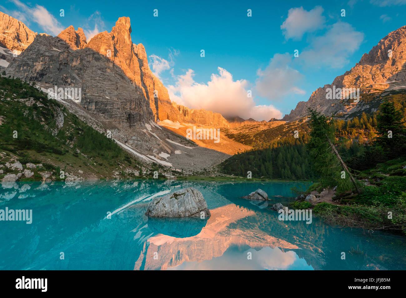 Il Sorapiss Lago, Dolomiti, Veneto, Italia, Sunrise nel gruppo Sorapiss, il Sorapiss lago riflette il dito di Dio Immagini Stock