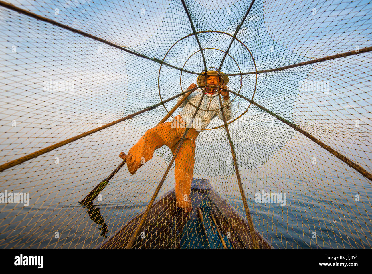 Lago Inle, Nyaungshwe, stato Shan, Myanmar, Fisherman guardando attraverso la rete da pesca, Immagini Stock