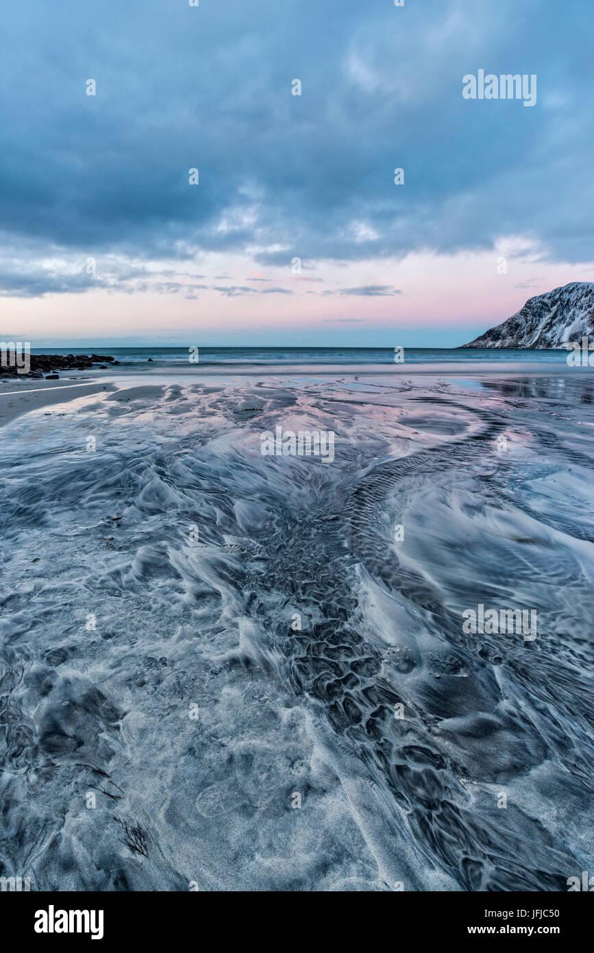 Disegni e forme in sabbia, Skagsanden beach, Isole Lofoten in Norvegia Immagini Stock