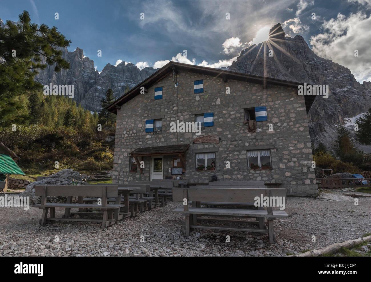 Rifugio Vandelli, il Sorapiss Lago, Belluno, Dolomiti, Veneto, Italia, dito di Dio e Rifugio Vandelli Immagini Stock