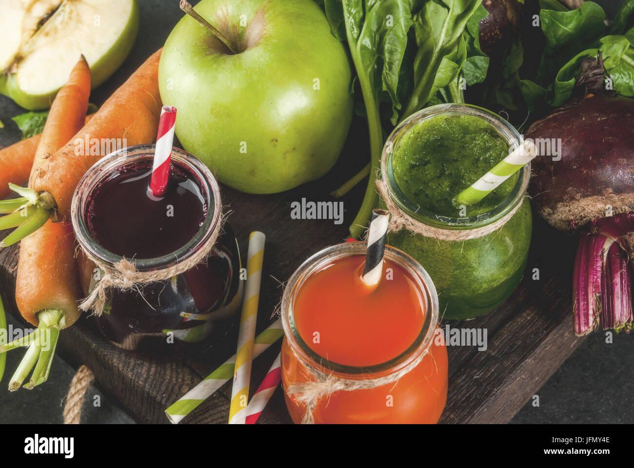 Dieta vegana cibo. Detox bevande. Succhi di frutta freschi e spuntini dalle verdure: barbabietole, carote, spinaci, Immagini Stock