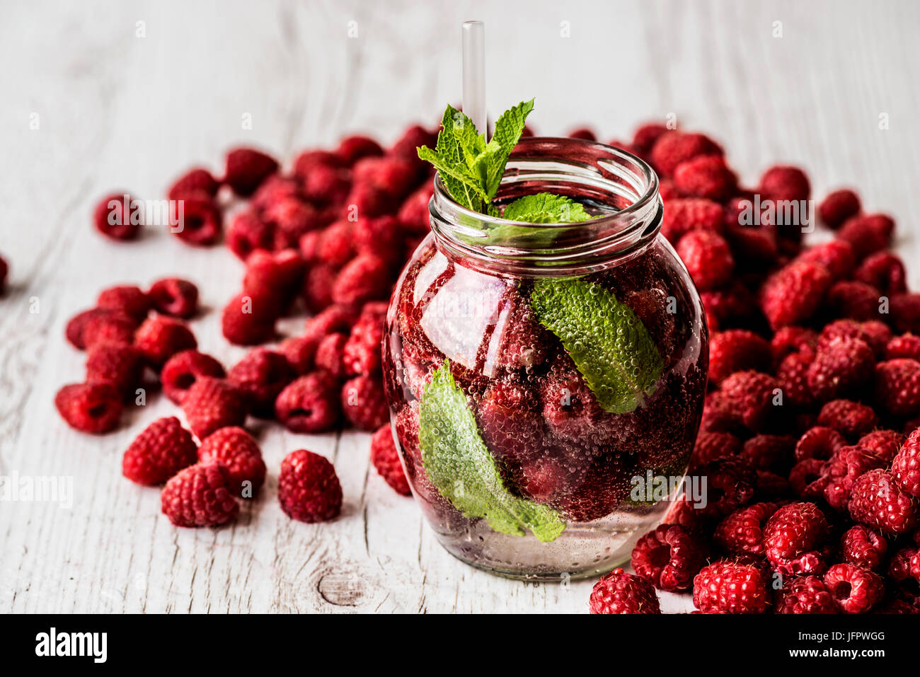 Detox acqua con rasberry bianco su sfondo di legno. Bibite salutari Immagini Stock