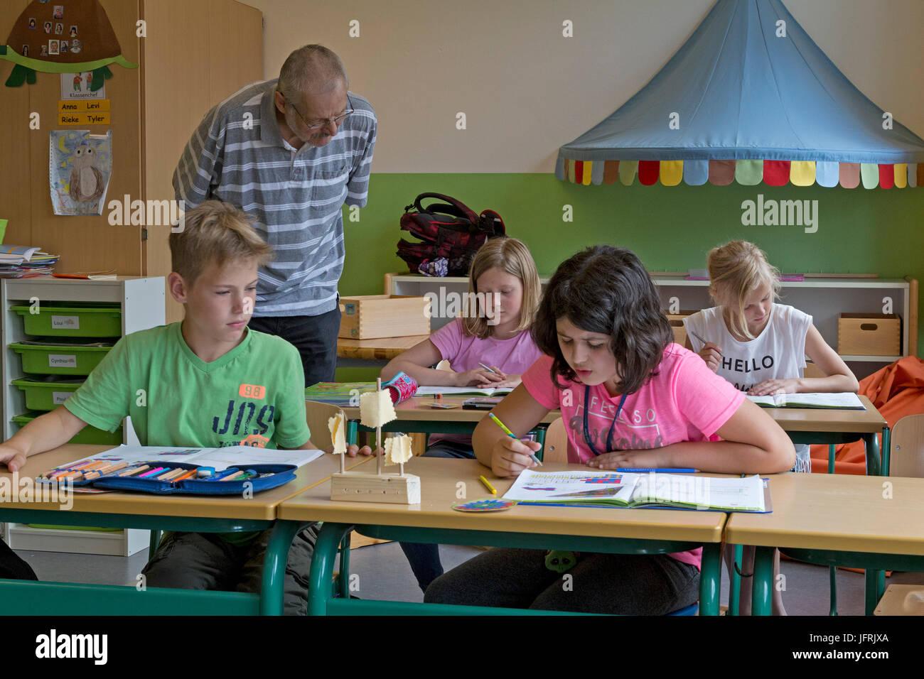 Gli alunni e gli insegnanti di scuola primaria Immagini Stock